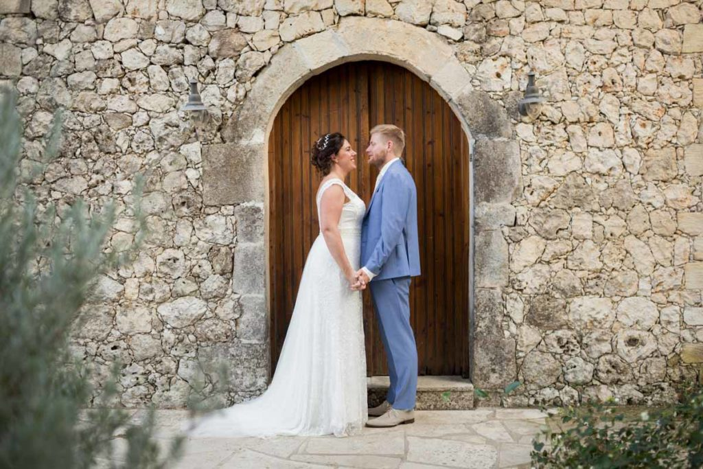 bruiloft griekenland bruidspaar wijnhuis