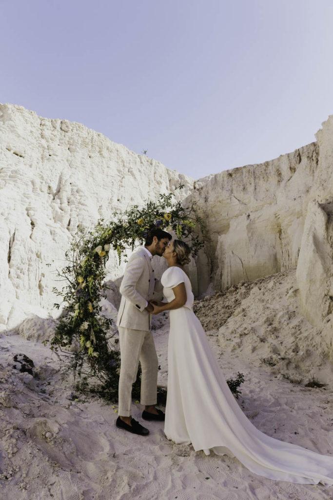 bruidspaar kus ceremonie portugal