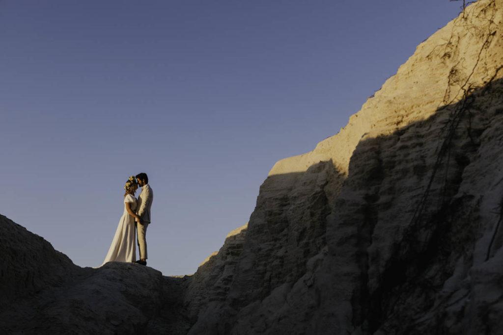 bruid en bruidegom op klif portugal