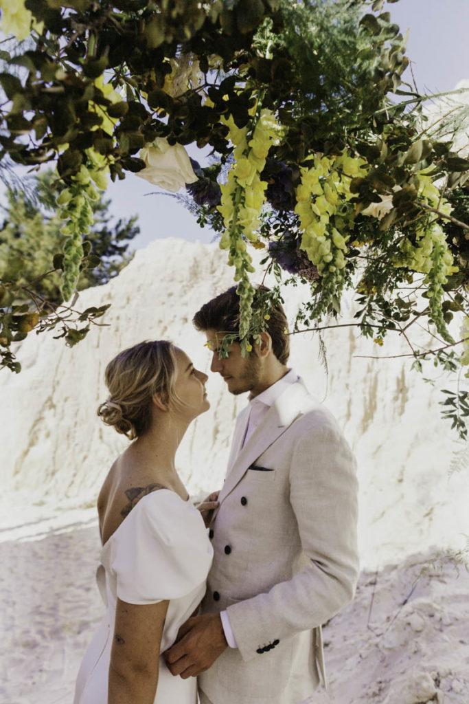 bruidspaar voor bloemenbood ceremonie portugal