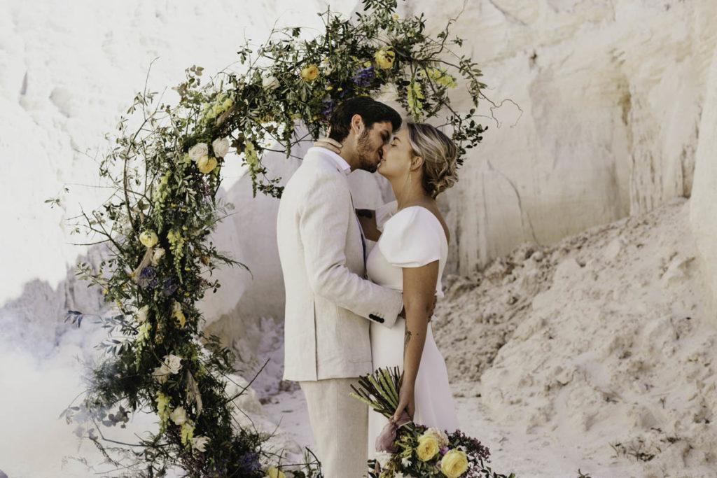 bruidspaar voor ceremonieboog