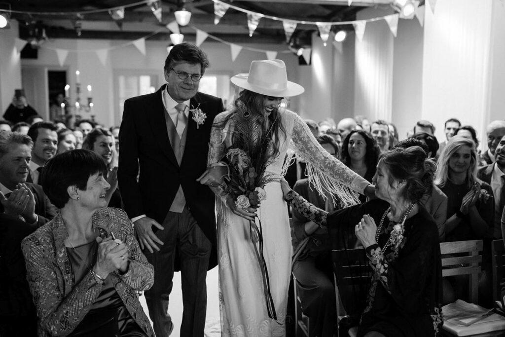 entree bruid tijdens trouwceremonie